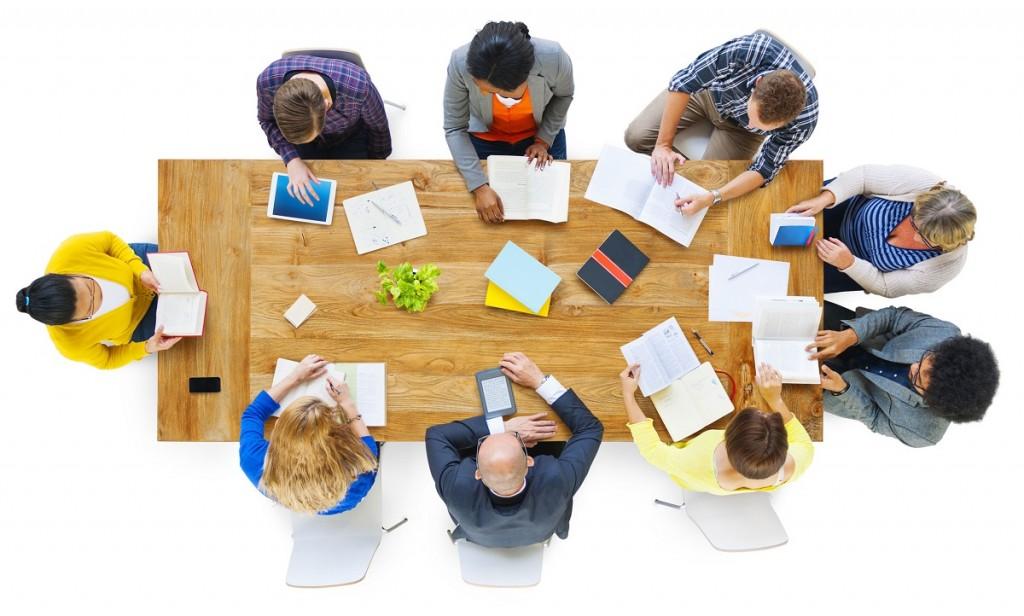 קובצת אנשים מסביב לשולחן בישיבה